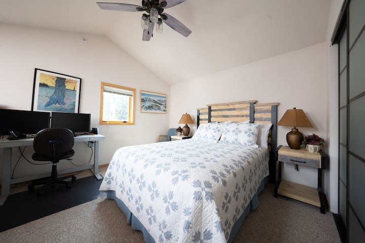 The loft bedroom has all new furniture in July 2021, including a queen bed and rising desk for you to catch up on work if necessary.   The sofa bed was removed and the new bed is quite comfy!