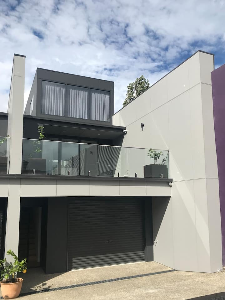 Hobart Location - Town House 3br, parking, sunny