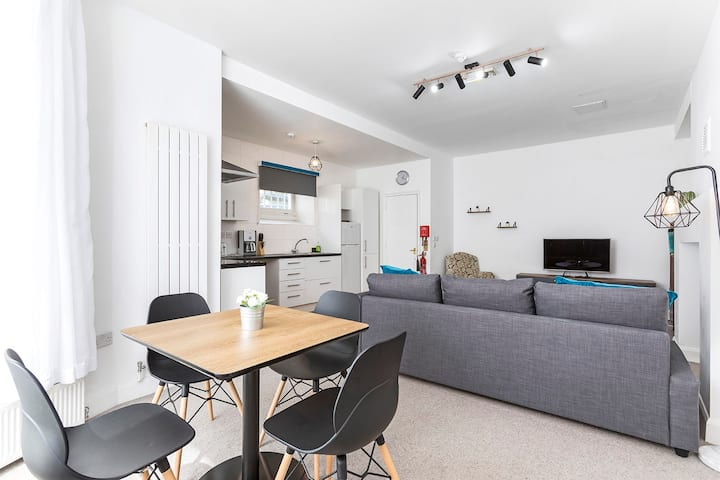Modern 2 Bed Flat - 5mins to Earls Court Station