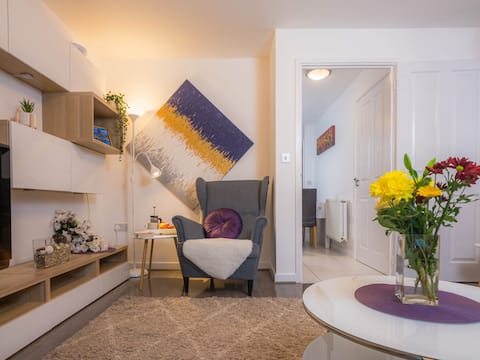 Modern 2 Bed House with Parking and Garden