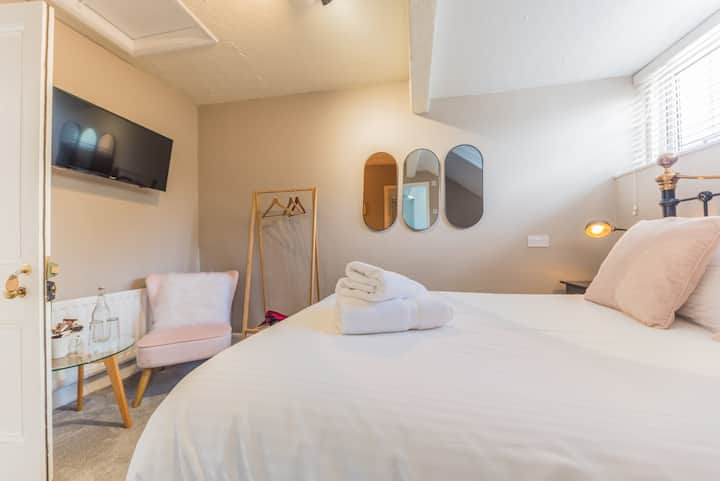 Small modern double room (R5)