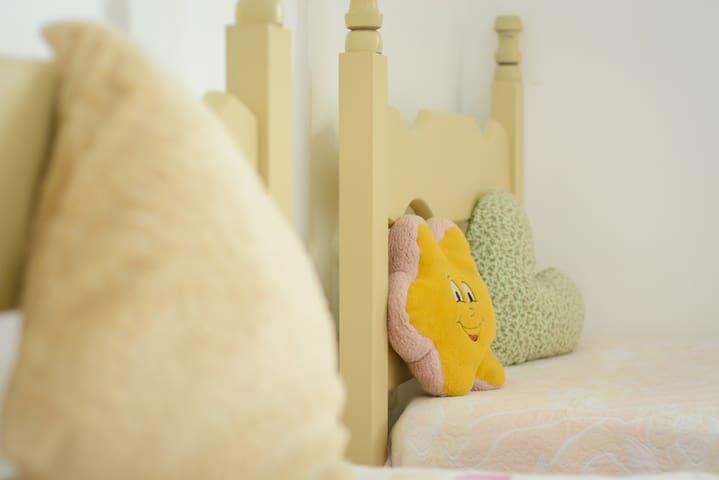 Detalhe das cabeceiras das camas. Wi-Fi 5g, banda larga de alcance em todos os cômodos.