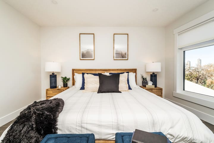 Feel like an executive sleeping our spacious master bedroom featuring a plush king size bed and fresh linens and sheets.