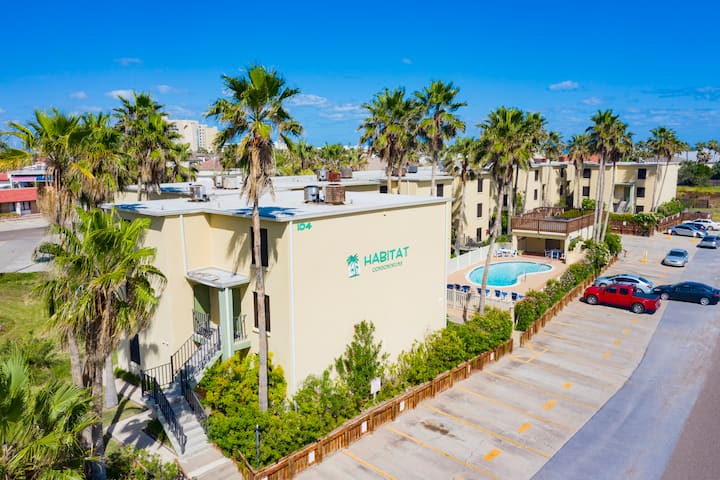 Clean Remodeled Condo w/ pool 1/2 a block to Beach
