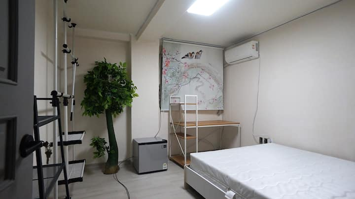 #5 Spacious Single room in the center of Sinchon
