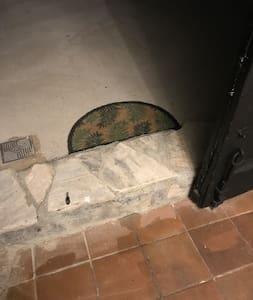En la puerta de acceso a la vivienda hay un escalón.