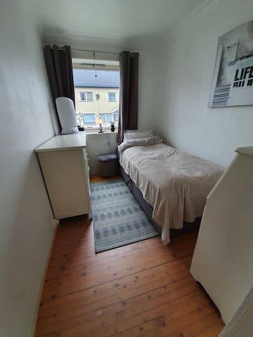 Soverom 2 i 1 etg har en 90 cm bred seng