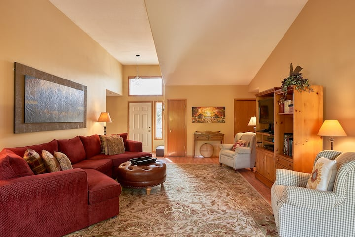Classic, Cozy & Clean Family Home: Heart of Dundee