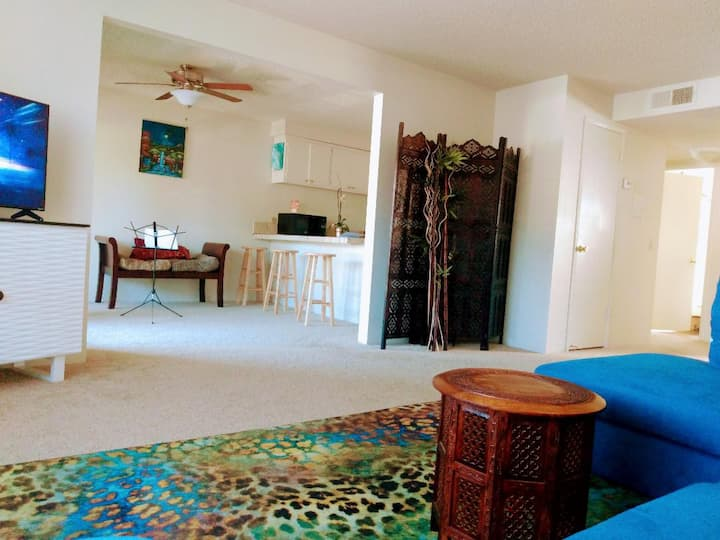 Tropical  Artist Apartment with Massage Room!