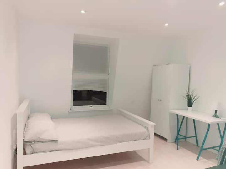 Clean and bright double room in Marylebone