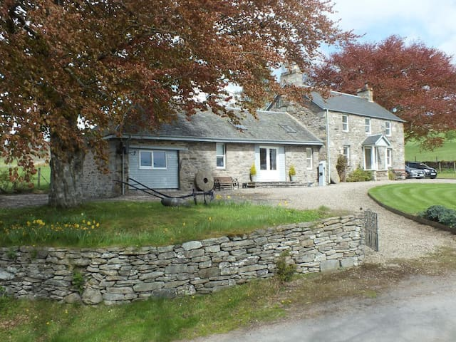 Spacious Smiddy Cottage for 2, By Pitlochry