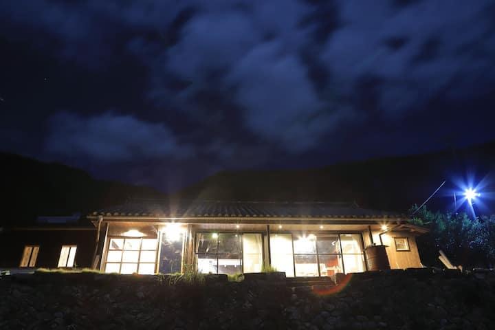 芸術作品と共に宿泊できる一棟貸しのゲストハウス。蛇行する北山川の大自然が一望できます。