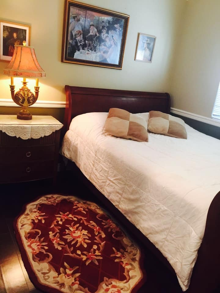 Prime Location Spacious Queen bed Private Room