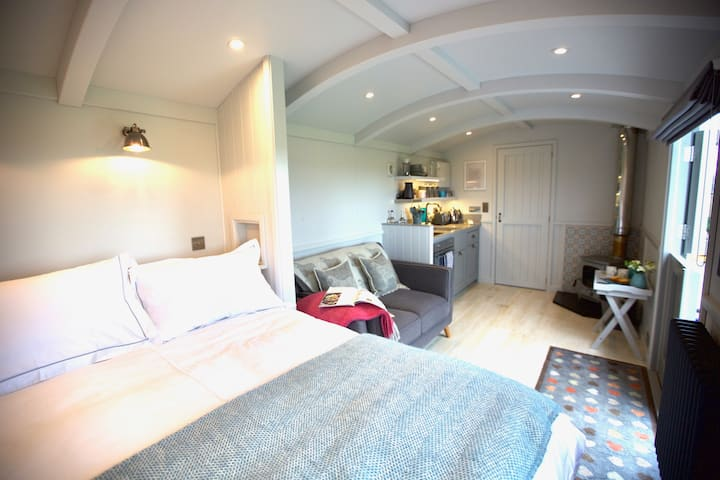 Superb new Shepherds Hut with Hot Tub and Log Fire