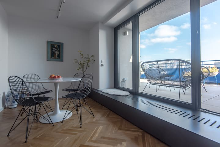New Rooftop Panorama View Apt in heart of Old Town