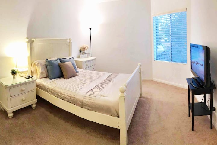 Private Bedroom & En Suite Bath in Heart of Irvine