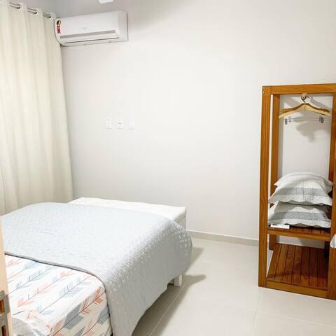 Quarto - Cama de casal, ventilador, Ar condicionado e sacada