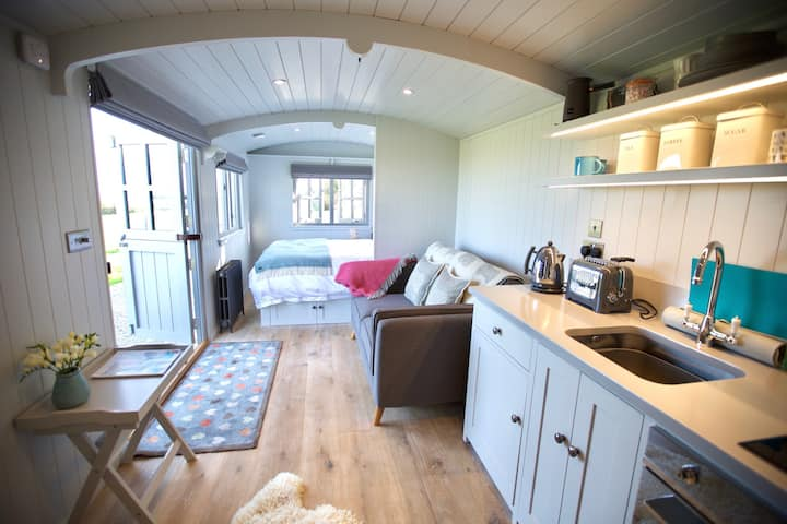 Stunning new Shepherds hut with Hot Tub & Log Fire