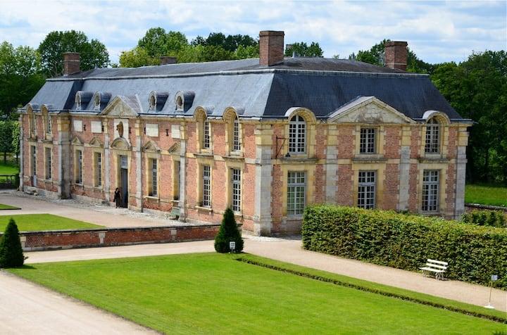 Gite des Cerfs,  cour d'honneur du château  Ferté