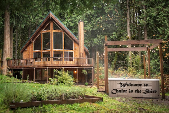 Chalet in the Shire w/ hot tub, pool tbl woodstove