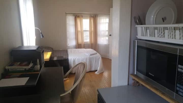 Lovely room close to Daivisville subway