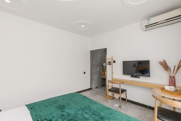 客房为一间独立卧室,房间面积大概25-30平方米,卧室内均有独立卫生间。  卧室配备阳光大窗户,1.8m*2m双人大床,高品质密织轻柔床单及睡枕,带来舒适的睡眠体验;房间提供纯天然植物洗浴用品,毛巾、浴巾等一次性洗漱用品,卫生间干湿分区。  床品及毛巾浴巾每客更换专业清洗,24小时热水,网络电视,WiFi,电吹风,烧水壶等洗漱用品。