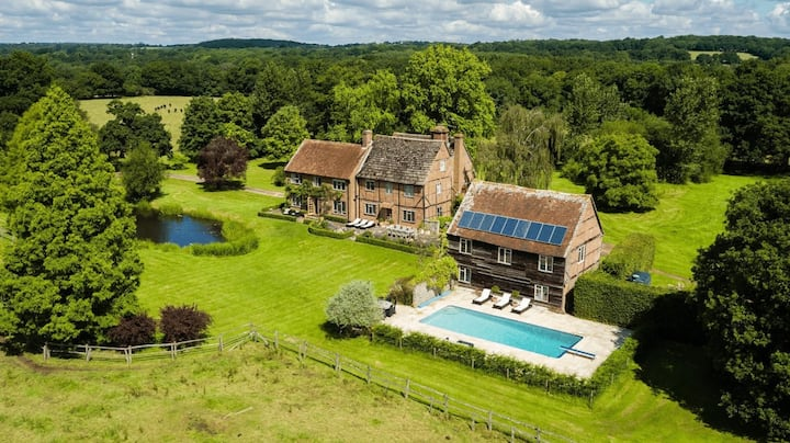 Luxurious 15th Century, 5 Bed Farmhouse with Pool