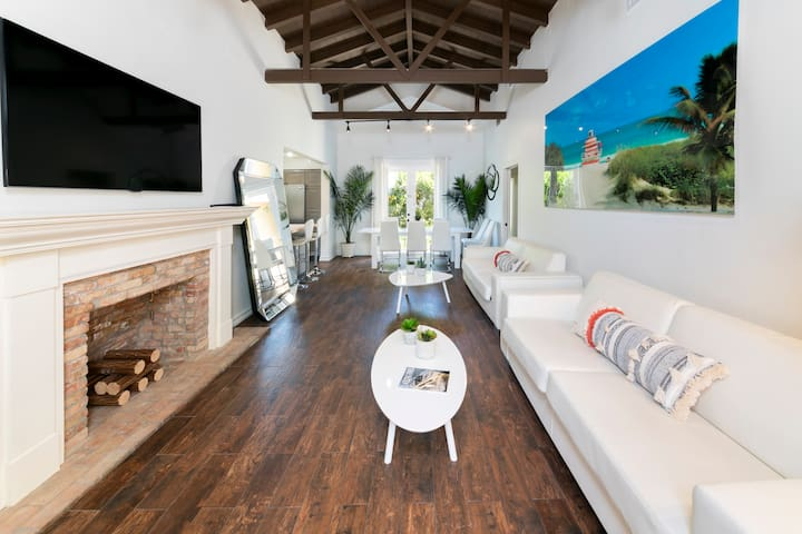CHIC-5 BR/5BATHS/VILLA/7MIN MIAMI-BEACH/SLEEPS 19!