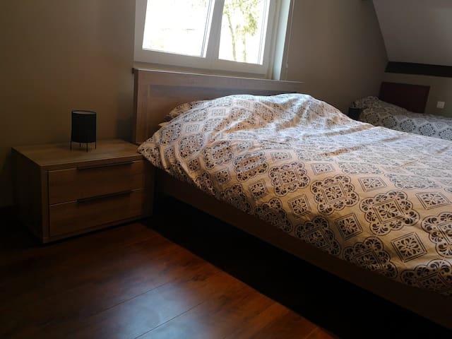 Chambre 2 - 1 lit deux personnes (160 x 200 cm)  - 2 lits une personne (90 x 200 cm)