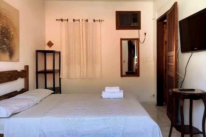 Quarto com uma cama de casal e um sofá cama que dá a opção de fazer uma cama de casal ou duas de solteiro!