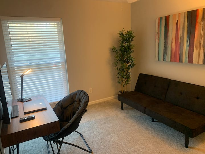 Norcross Townhouse! Fast WIFI & parking FREE""