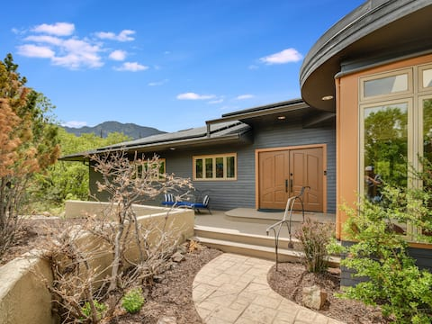 Large 2 BDRM Private Retreat. Close to Broadmoor!