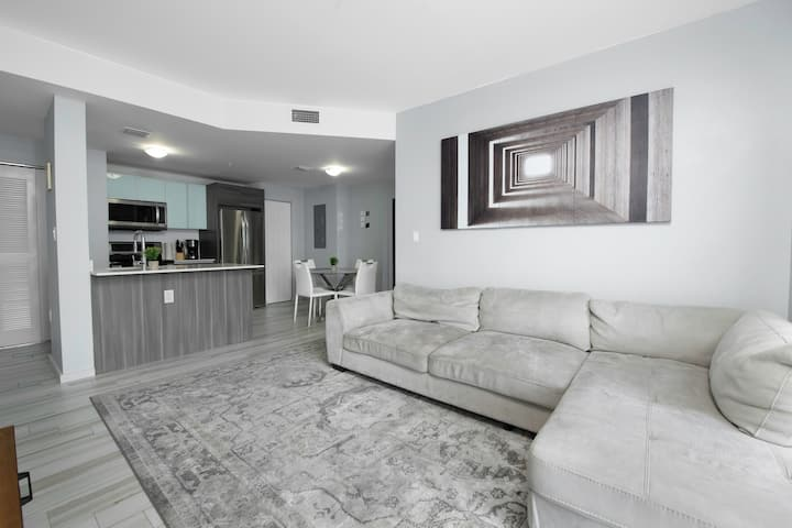 EXCLUSIVE 2BED 2BATH EDGEWATER APARTMENT