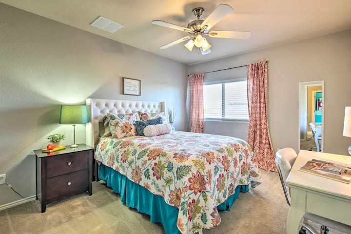 ★ Bedroom with Queen Sized Bed and Built in Desk - 5 Bedrooms total ★
