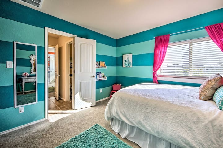 ★ Bedroom with Queen Sized Bed ★