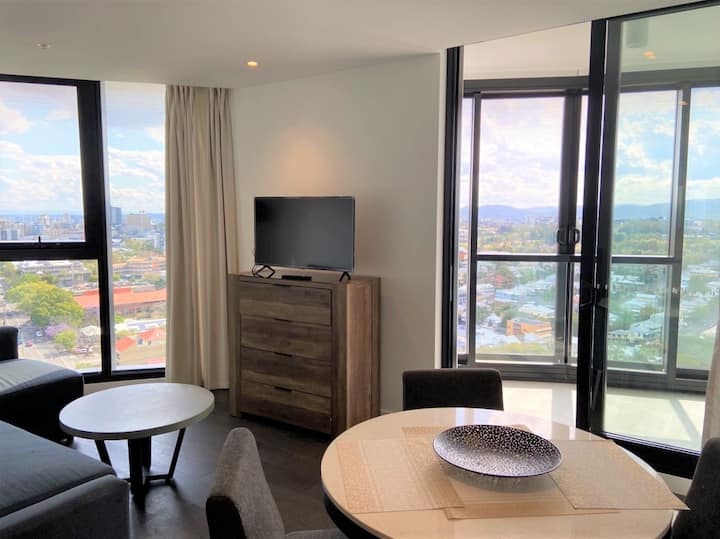 Stylish and Convenient 2 Bed w Rooftop Pool Access