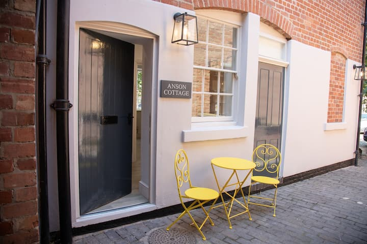 New 5* Burton Central Townhouse Staycation