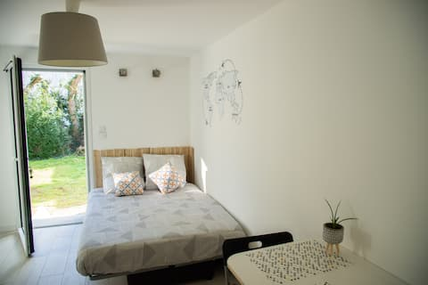 Small bright fully equipped studio with parking
