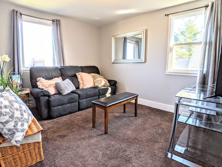 Bright & Stylish Apartment- ONLY Minutes to Mayo!!