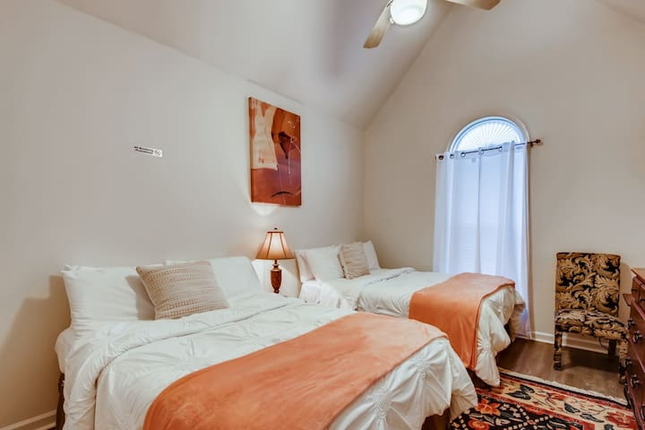 Bedroom with 2 full beds