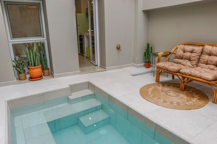 House with backyard jacuzzi in Center of Rhodes