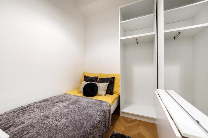 Quiet studio in green zone with close free parking
