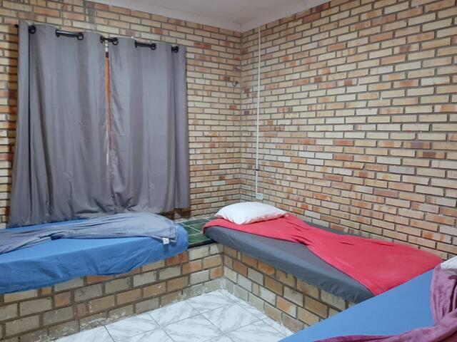 Quarto de soteiro com 3 camas