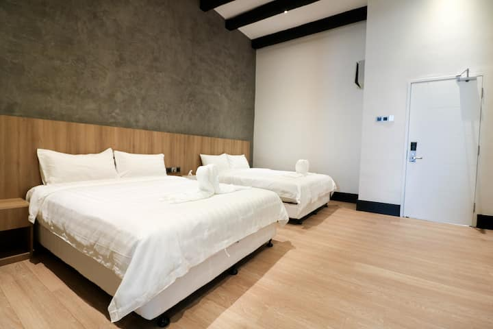 Spacious Queen Bed Hotel | 2Pax @ 8 Mins to Jonker