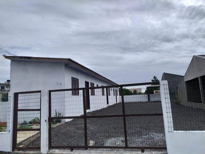 Apto (2), região central de Balneário Gaivota/SC