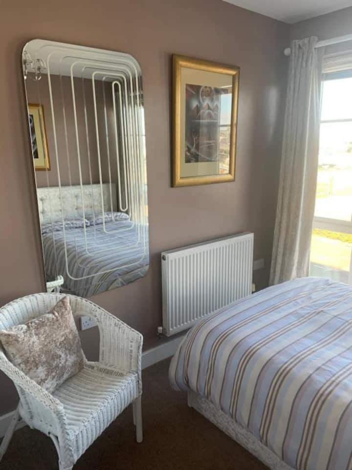 Newly Decorated Double Room with a Harbour View