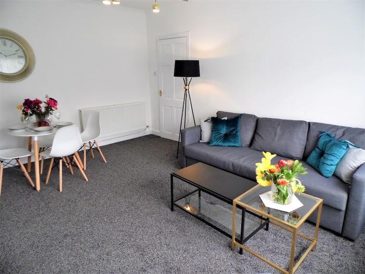 Charming 2 bedroom upper cottage flat