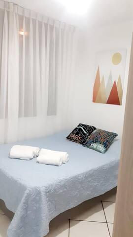 Habitación con cama de 2 plazas y linda decoración moderna. Juegos de toallas y cómodos cojines