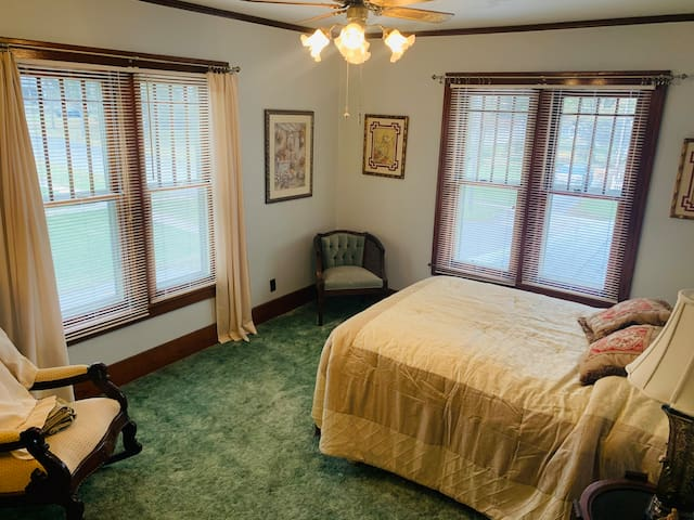 Third bedroom with a queen size bed.