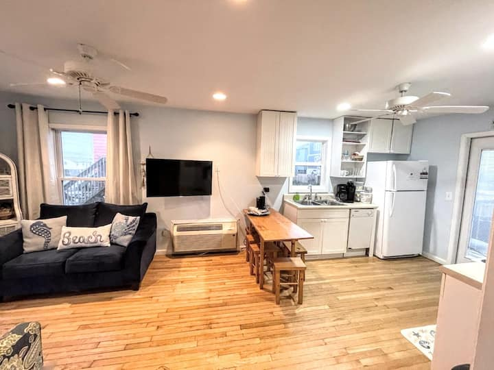 Pet Friendly Beach Cottage and Crashing Waves!